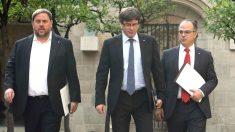 El presidente de la Generalitat, Carles Puigdemont (c), junto al vicepresidente, Oriol Junqueras (i), y el conseller de Presidencia, Jordi Turull (d) (Foto: Efe)
