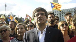El presidente de la Generalitat de Cataluña, Carles Puigdemont (c), y la presidenta del Parlament, Carme Forcadell (i) (Foto: Efe)