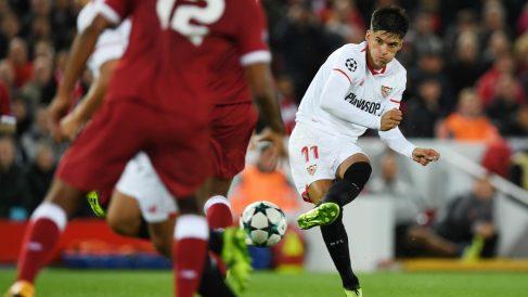 Joaquín Correa golpea el balón en Anfield. (AFP)