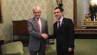 Alfonso Dastis y Jorge Arreaza, ministros de Exteriores de España y Venezuela, durante su reunión.