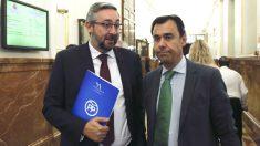 Víctor Manuel Martínez Muñoz(i), portavoz del Grupo Parlamentario Popular y Fernando Martínez-Maíllo, coordinador general del Partido Popular, en los pasillos del Congreso (Foto: Efe)