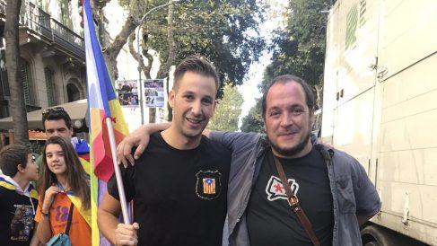 El mosso independentista Albert Donaire, con el ex diputado de la CUP David Fernández.