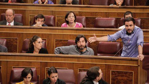 Alberto Garzón y la bancada de Podemos durante la sesión del Congreso de los Diputados. (Foto: Francisco Toledo)