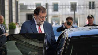 Rajoy entra en su coche oficial despues del Congreso. (Foto: Francisco Toledo)