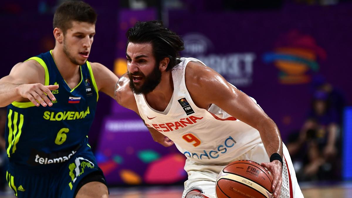 Ricky Rubio, intentando superar a un jugador esloveno (AFP).