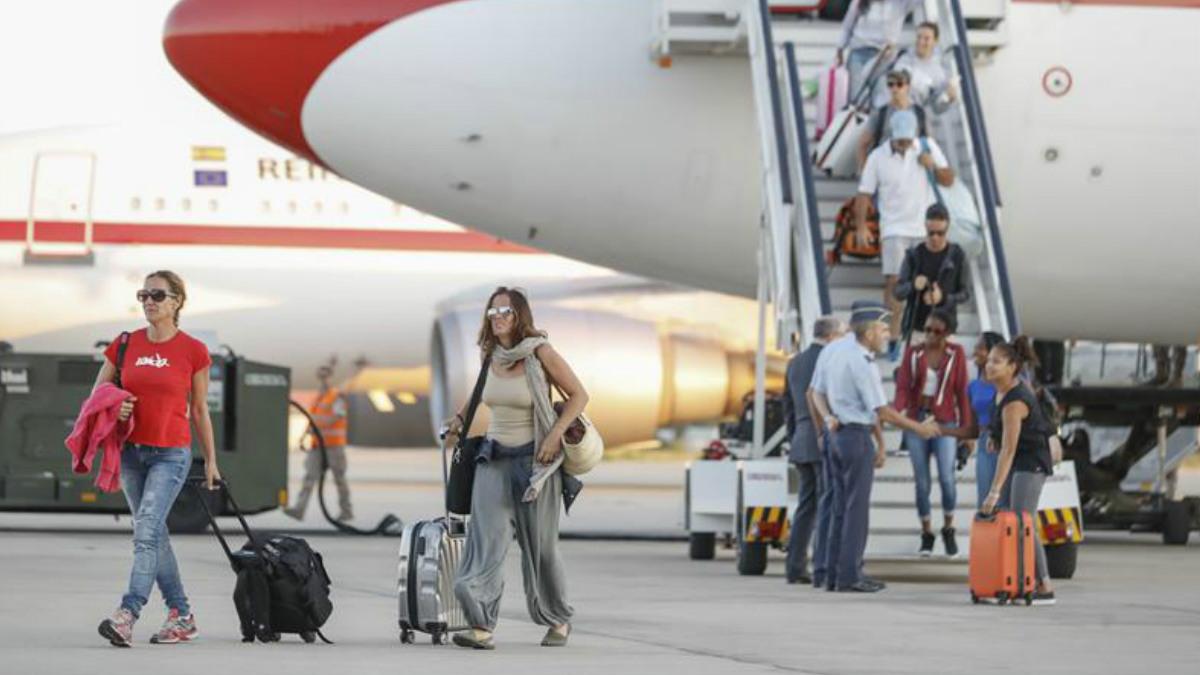 Españoles afectados por el huracán «Irma» a su llegada hoy a la base aérea de Torrejón de Ardoz, en Madrid, en un avión fletado por el Ministerio de Exteriores. Medio centenar de españoles residentes en San Martín, devastada por el huracán, ha viajado a bordo de este avión operado por el Ejército del Aire. Foto: EFE