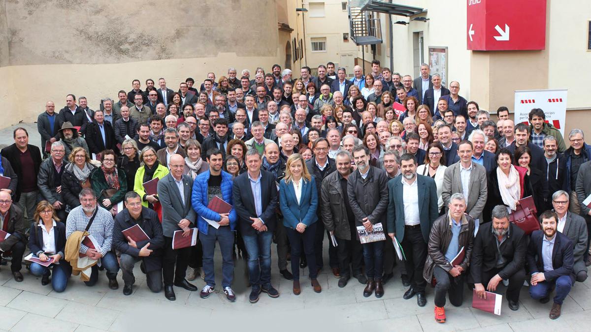 Neus Llovera junto a otros alcaldes independentistas. (Foto: AMI)
