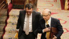 Cristóbal Montoro con Aitor Esteban (PNV), en el Congreso. (Foto: Francisco Toledo) | Pensiones
