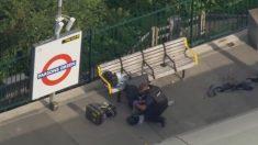 Un agente de la Policía británica en la estación del Metro de Londres de Parsons Green.