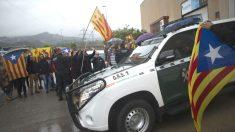 Agentes de la Guardia Civil en la imprenta Artyplan de Sant Feliu de Llobregat. (Foto: EFE)