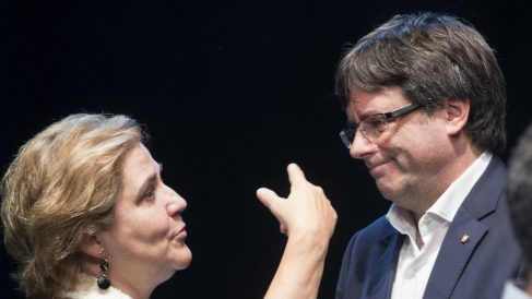 Puigdemont conversa con Pilar Rahola (Foto: EFE)