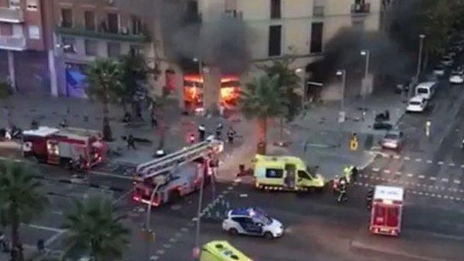 Los Bomberos de Barcelona apagando las llamas tras la explosión en Barcelona.