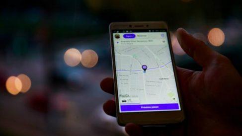 Un usuario pidiendo un Cabify mediante su app.