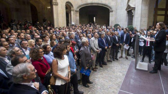 La alcadesa de Barcelona, Ada Colau (d), interviene el el interior del Palacio de la Generalitat, donde los alcaldes protagonistas de una concentración para protestar por las actuaciones de la Fiscalía contra el 1-O, han sido recibidos por el presidente de la Generalitat, Carles Puigdemont. Foto: EFE