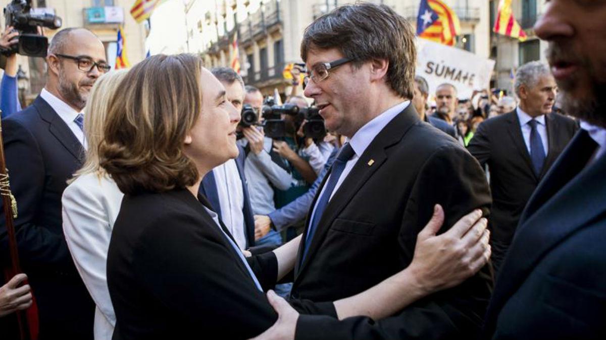 Ada Colau y Carles Puigdemont. (Foto: EFE)