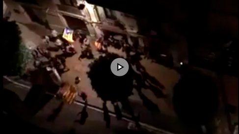 Los manifestantes convocados por la CUP ante el hotel en el que se alojan los antidisturbios en Reus.