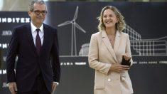 El presidente de Inditex, Pablo Isla, acompañado por la esposa de Amancio Ortega y vicepresidenta de la fundación que lleva su nombre, Flora Pérez Marcote. (Foto: EFE)