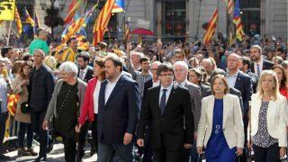 Carles Puigdemont, junto a Oriol Junqueras, Carme Forcadell, Neus Lloveras (presidenta de AMI) y Miquel Buch (presidente de la AMC), ante el Ayuntamiento de Barcelona. (Foto: EFE)