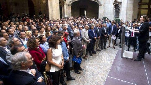 Ada Colau se dirige a los alcaldes independentistas durante el acto celebrado este sábado en el Ayuntamiento de Barcelona (Foto: EFE).