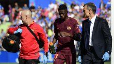 Dembélé abandona el Coliseum Alfonso Pérez con los médicos del Barcelona. (AFP)