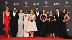 Reparto de 'The Handmaid's Tale' en los Emmy. (Foto: AFP)