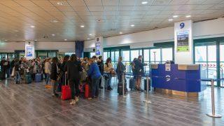 Pasajeros en un mostrador de la compañía Ryanair (Foto:iStock)