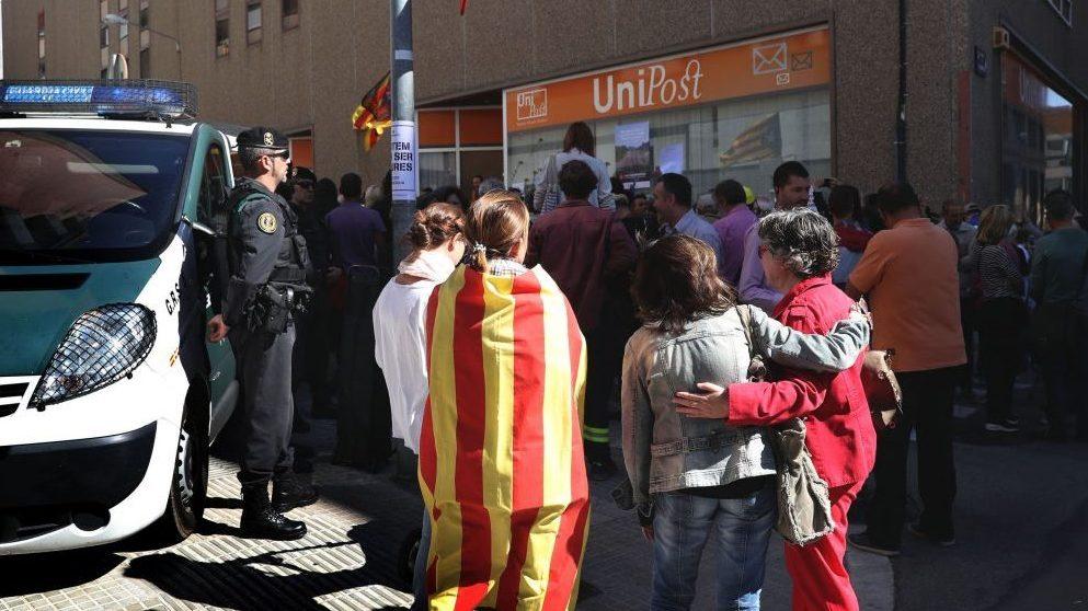 Guardia Civil en las instalaciones de Unipost. (Foto: EFE)
