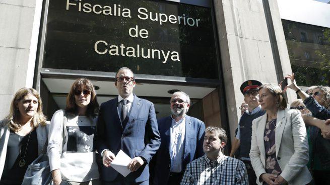 El alcalde de Mollerusa (Lérida) y diputado en el Parlament Marc Solsona acompañado por Carme Forcadell