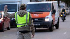 La Guardia Civil detiene una furgoneta de Unipost. (Foto: EFE)
