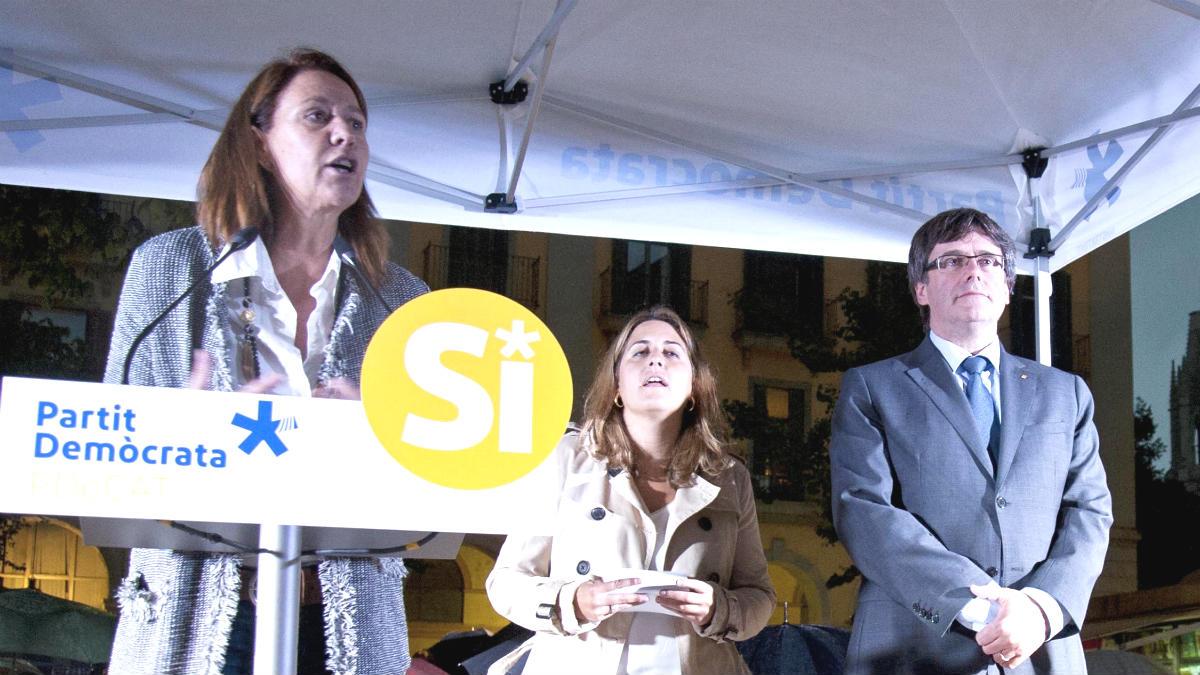 La alcaldesa de Gerona, Marta Madrenas, junto a Carles Puigdemont, haciendo campaña por el referéndum ilegal. (EFE)