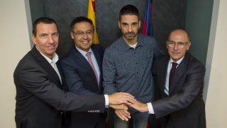 Navarro posa con algunos de los principales directivos del Barcelona.