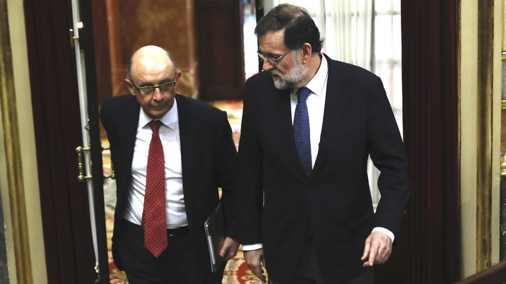 El presidente del Gobierno, Mariano Rajoy (d), y el ministro de Hacienda, Cristóbal Montoro. (Foto: EFE)