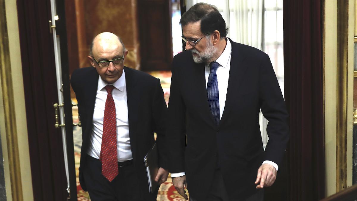 El presidente del Gobierno, Mariano Rajoy, y el ministro de Hacienda, Cristóbal Montoro. (Foto: EFE)