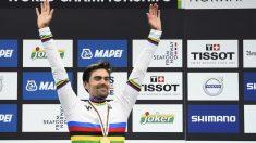 Tom Dumoulin celebra su triunfo en el Mundial con el maillot arcoiris. (AFP)