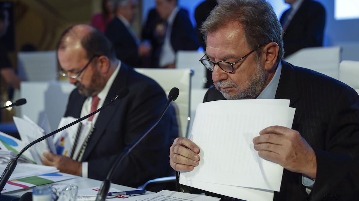 El presidente y el ex consejero delegado de Prisa, Juan Luis Cebrián (d) y José Luis Sainz. (foto: EFE)