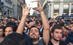El comunista Garzón acude al acto a favor del 1-O en Sol y se hace fotos con un iPhone de 600 euros