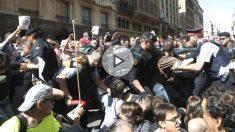 Momento de los altercados que se han producido en Via Laietana cuando agentes de la Guardia Civil trataban de sacar cajas de de la conselleria de Exteriores, en la Via Laietana, y varias decenas de manifestantes se han abalanzado sobre ellos (Foto: Efe)
