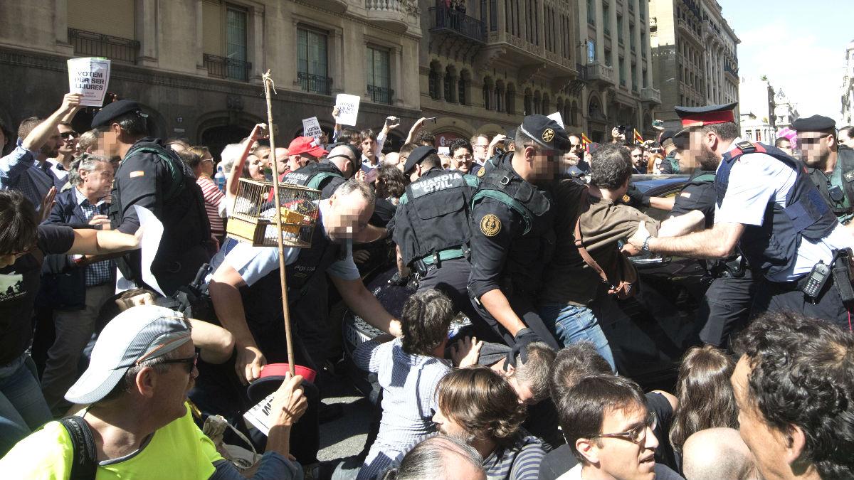 Altercados en Via Laietana cuando agentes de la Guardia Civil trataban para sacar cajas de de la conselleria de Exteriores. (Foto: EFE)