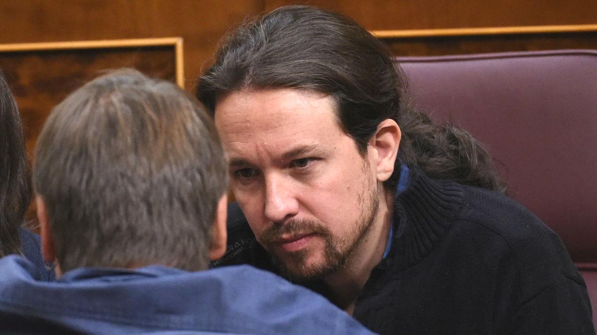 El líder de Podemos, Pablo Iglesias (d), conversa con el portavoz de En Comú Podem, Xavier Domenech (Foto: Efe)