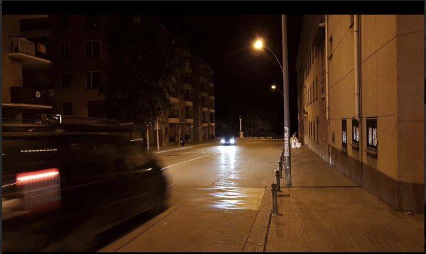 Mil independentistas cercan el cuartel de la Guardia Civil en Manresa, quitan la bandera española y ponen la estelada