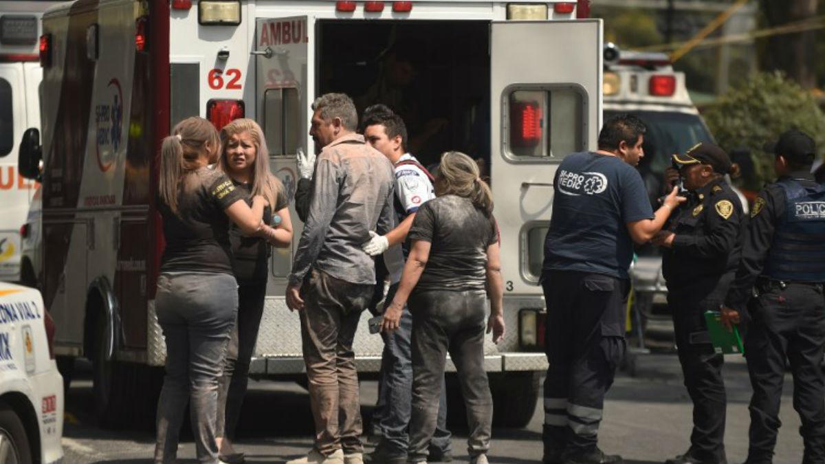 Afectados por el terremoto de México con cuerpos de rescate. Foto: AFP