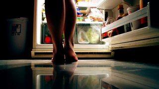 La falta de sueño y el estrés pueden causar hambre por la noche.