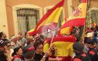 """Decenas de catalanes ante la sede de la Guardia Civil en Barcelona para recordarles que """"no están solos"""""""