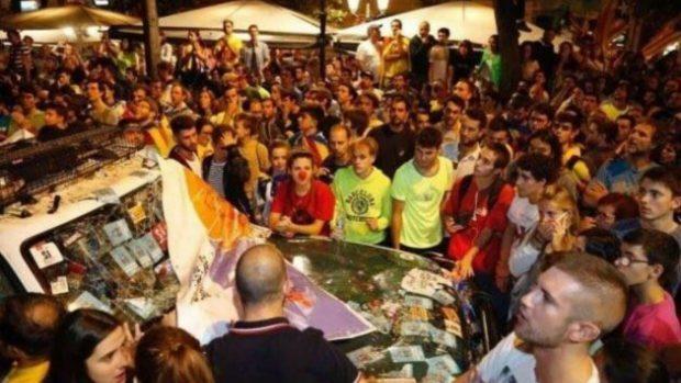 Los independentistas rodean un coche de la Guardia Civil destrozado en Manresa