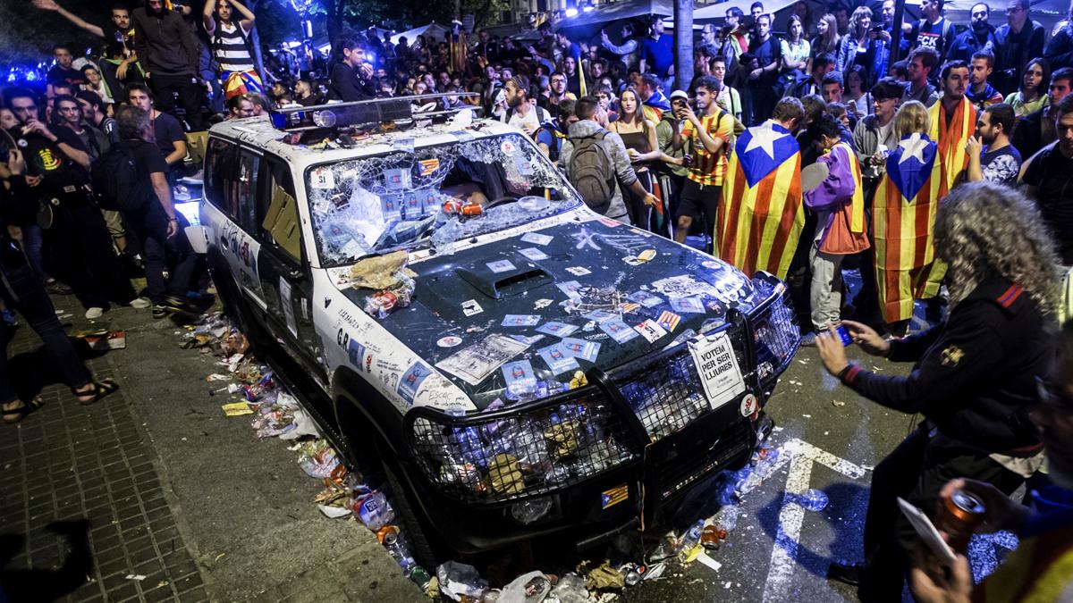 Así ha quedado uno de los vehículos de la Guardia Civil en Manresa. (Foto: EFE)