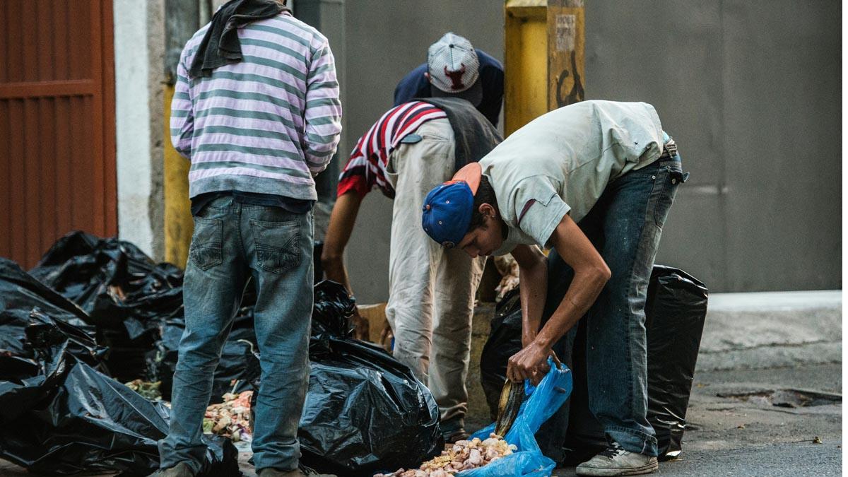Venezolanos buscan comida entre la basura. (Foto: AFP)