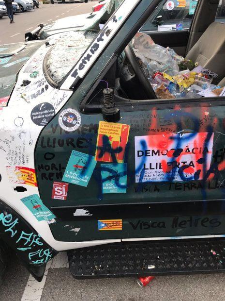 Vehículos de la Guardia Civil tras el ataque de independentistas violentos.