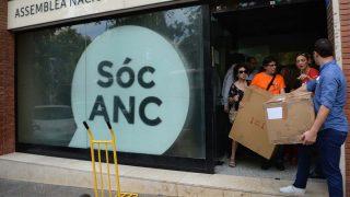 Voluntarios de la ANC vaciando la sede de material para el 1-O. Foto: AFP