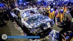 Así quedó uno de los vehículos de la Guardia Civil en Manresa. (Foto: EFE)