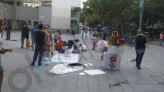 Niños pintando una pancarta, entre lemas independentistas.